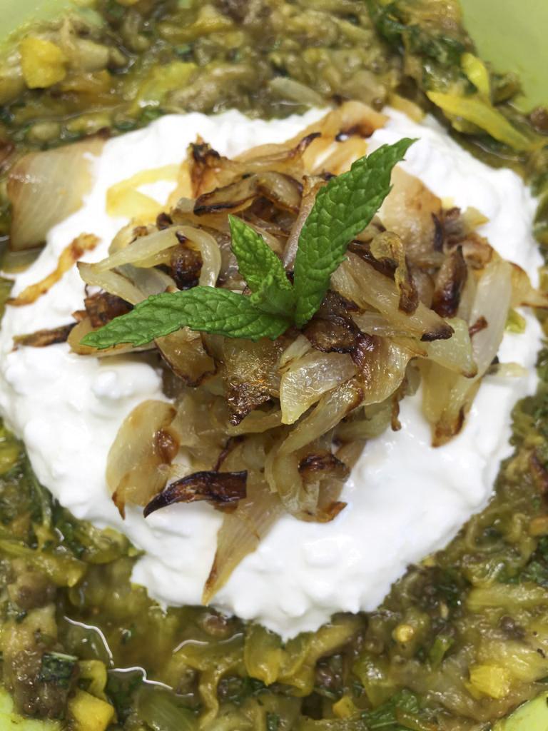 detalle de la cebolla caramelizada y la menta decorando