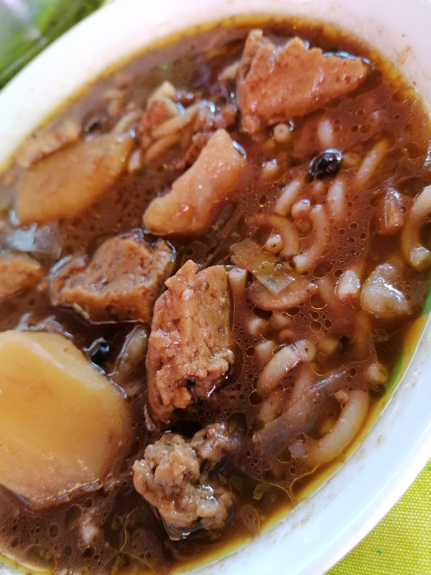 plato del guiso cartagenero veganizado con patatas, seitán y pasta